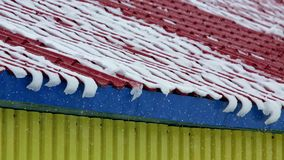 blizzard La neige tombe du toit Timelapse banque de vidéos