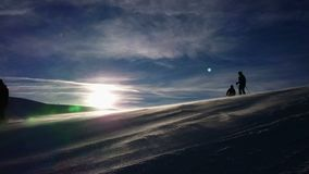 Blizzard na inclinação do esqui filme