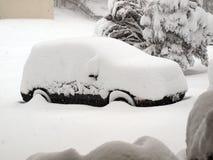 Blizzard von 2010 - Schnee deckte Fahrzeug ab Stockbild
