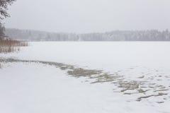 Blizzardwinterlandschaft an gefrorenem See Stockbild