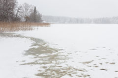 Blizzardwinterlandschaft an gefrorenem See Lizenzfreies Stockfoto