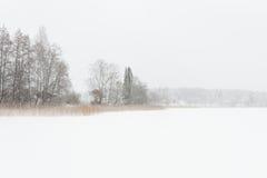 Blizzardwinterlandschaft an gefrorenem See Lizenzfreie Stockbilder