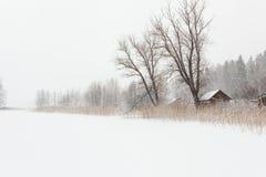 Blizzardwinterlandschaft an gefrorenem See Lizenzfreies Stockbild