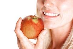 Bllonde Frauen mit einem Apfel Lizenzfreie Stockfotos