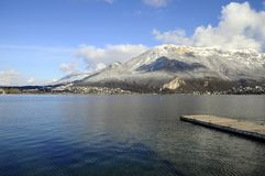 Bllue Annecy See auf Winter Lizenzfreies Stockfoto