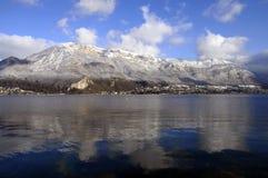 Bllue Annecy See auf Winter Lizenzfreies Stockbild