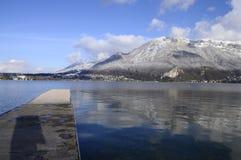 Bllue Annecy See auf Winter Lizenzfreie Stockfotografie