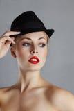 Blnd Frau im schwarzen Hut Lizenzfreie Stockfotos