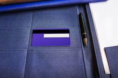 Blnk-Unterzeichnungsbereich an hinterem oder an seltenem der Kreditkarte mit Stift und Stockfoto