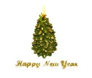 Blänker det lyckliga nya året för text av guld- och den brännande stearinljuset i formen av en julgran på vit bakgrund Arkivfoto