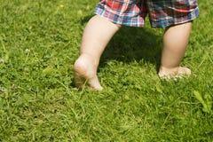 Bloß bezahlt vom laufenden Kleinkind im grünen Sommergras lizenzfreies stockbild
