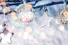 Bloße Baumaste mit Weihnachtsdekorationen und -Lichterkette Lizenzfreies Stockbild