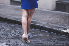 Bloße Beine der Frau mit Fersen und Regenschirm Lizenzfreie Stockfotografie