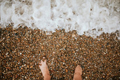 Bloße Füße auf dem bach Stockfoto