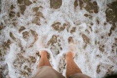 Bloße Füße auf dem bach stockfotografie