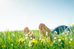Bloße Füße auf Frühlingsgras lizenzfreie stockfotos