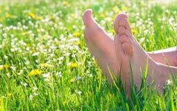 Bloße Füße auf Frühlingsgras stockbild