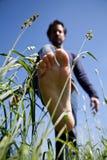 Bloße Füße auf grünem Gras Lizenzfreie Stockbilder