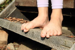 Bloße Füße auf Treppe Stockbild