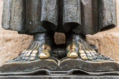 Bloße Füße der Skulptur von San Pedro de Alcantara in der Kathedrale von Santa Maria in der alten Stadt von Caceres stockfoto