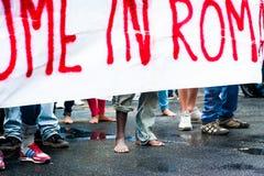 Bloße Füße des afrikanischen Immigrantmarsches, die um Gastfreundschaft für Flüchtlinge Rom, Italien, am 11. September 2015 bitte Stockfotografie