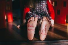 Bloße Füße des Babys auf dem Bretterboden Stockbild