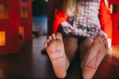 Bloße Füße des Babys Weihnachtsfeierkonzept Lizenzfreie Stockfotografie