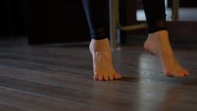 Bloße Füße des Tänzers treten auf Zehen auf Boden an Ballett Barre stock video