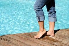 Bloße Füße durch das Pool Lizenzfreie Stockfotografie