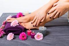 Bloße Füße einer Frau umgeben durch Blumen lizenzfreie stockbilder