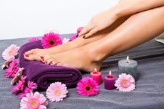 Bloße Füße einer Frau umgeben durch Blumen stockfotos