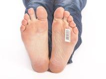 Bloße Füße eines toten Mannes im Leichenschauhaus Lizenzfreie Stockfotos