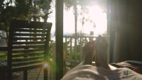 Bloße Füße im Bett am frühen Morgen in der Sonne mit schönem Blendenfleckeffekt Lizenzfreie Stockbilder