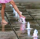 Bloße Füße im Brunnen Lizenzfreie Stockfotografie