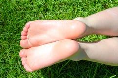 Bloße Füße im grünen Gras Stockfoto