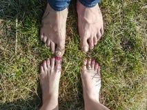 Bloße Füße liebevolle Paare, die nah an einander stehen stockbild