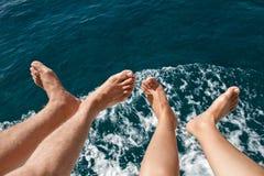 Bloße Füße Männer und Frauen über dem Meer Stockfotos