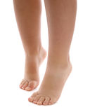 Bloße Fahrwerkbeine und Füße des Kindes Stockbilder