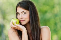 Bloße Frau mit einem Apfel in seinem Stockbilder