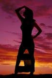 Bloße Hand der Schattenbildfrau Kleiderauf Kopf Stockfoto