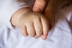 Bloße Hand des Babys Stockfotos