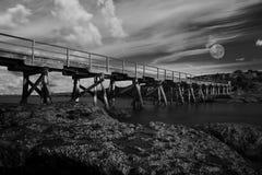 Bloße Inselholzbrücke und Vollmond Stockfotos