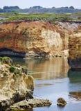 Bloße Klippen an der Küste des Ozeans Stockfotos