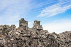 Bloße Klippen im blauen Himmel Stockbilder
