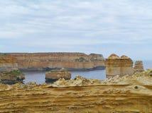 Bloße Klippen und Felsenstapel im Ozean Lizenzfreie Stockfotos