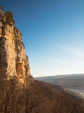 Bloße Klippen zum Wald Lizenzfreies Stockfoto