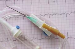 Bloße medizinische Nadel und das Infusionsystem. Stockbilder