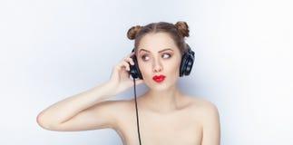 Bloße Schultertat der jungen hübschen Brötchenfrisur des Makes-up der Frau modischen hellen roten Lippender Affe mit großen DJ-Ko Lizenzfreie Stockfotografie