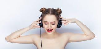 Bloße Schultertat der jungen hübschen Brötchenfrisur des Makes-up der Frau modischen hellen roten Lippender Affe mit großen DJ-Ko Stockbilder