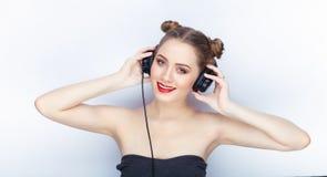 Bloße Schultertat der jungen hübschen Brötchenfrisur des Makes-up der Frau modischen hellen roten Lippender Affe mit großen DJ-Ko Lizenzfreie Stockfotos